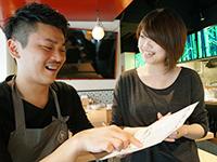 日本酒をたのしむ女性やカップル。バタバタしてないのが心地いい