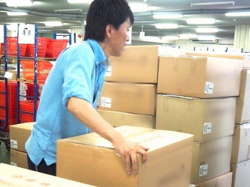 梱包済みケースをパレットに積んでいきます