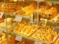毎日お店でパンを焼いています!