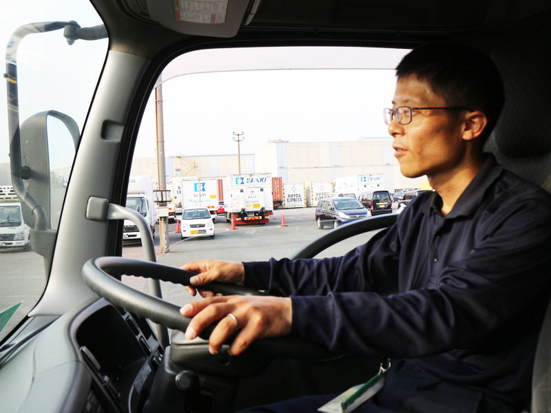 中型or大型のトラックに乗ってルート配送