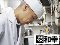 肉の仕込みはプロの仕事。全神経を集中!